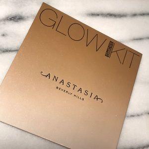 Anastasia sun dipped glow kit. Never used.